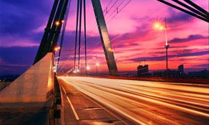 城市中的桥梁夜景和光影效果摄影图片