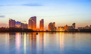 城市中的湖泊夜景风光摄影图片