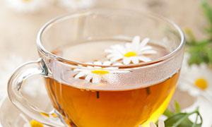 漂着花朵的玻璃杯花茶摄影高清图片