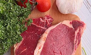大蒜与牛排等新鲜食材摄影高清图片