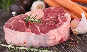 牛肉与胡萝卜大蒜特写摄影高清图片