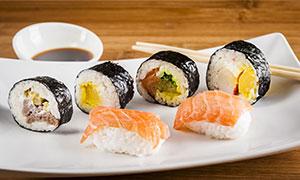 酱油与盘子里的寿司等摄影高清图片