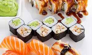 芥末蘸料与三文鱼寿司摄影高清图片