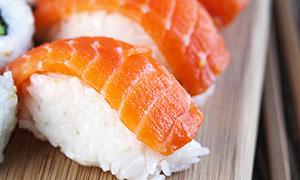 竹木砧板上的美味寿司摄影高清图片