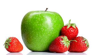 青苹果与几颗草莓特写摄影高清图片