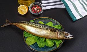 一条海鱼与调味品特写摄影高清图片