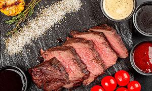 调味酱料与鲜嫩多汁的牛排高清图片