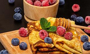 蓝莓树莓与煎饼等特写摄影高清图片