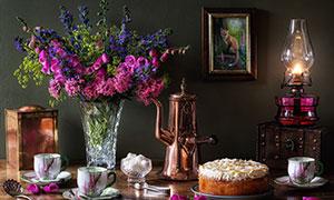 餐桌上的插花与蛋糕等摄影高清图片