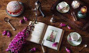 桌面上的花朵与书本等摄影高清图片