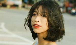 短发造型格子图案吊带美女摄影图片