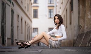 脚踩高跟鞋坐着的美女摄影高清图片