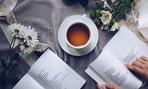 咖啡鲜花与书本等特写摄影高清图片
