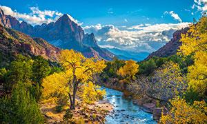 大山与河流两岸的树木摄影高清图片