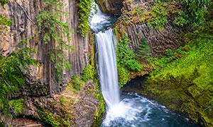 从峭壁倾泻而下的瀑布摄影高清图片