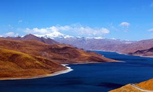 雪山下的蓝色客房湖泊美景摄影图片