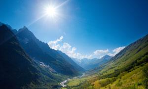 阳光下的山川和峡谷摄影图片