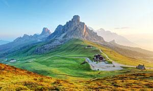 大山腳下的山路景觀攝影圖片