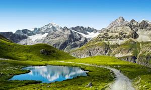 大山中的小路和水池摄影图片