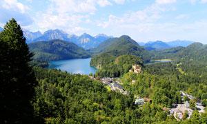 大山中的度假村和湖泊摄影图片