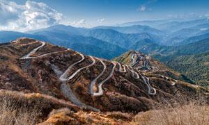 蓝天下的盘山公路高清摄影图片