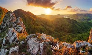 落日下的山顶岩石景观摄影图片