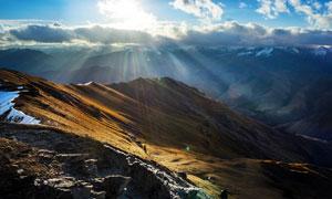 阳光下的山顶和积雪美丽风光摄影图片