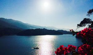 阳光下的山水湖泊美景摄影图片