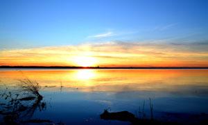 夕阳下的金色湖泊高清摄影图片