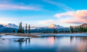 傍晚雪山脚下的湖泊美景摄影图片