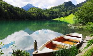 青山绿水中美金停泊的小船摄影图片