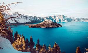 蓝天湖泊中人的小岛摄影图片
