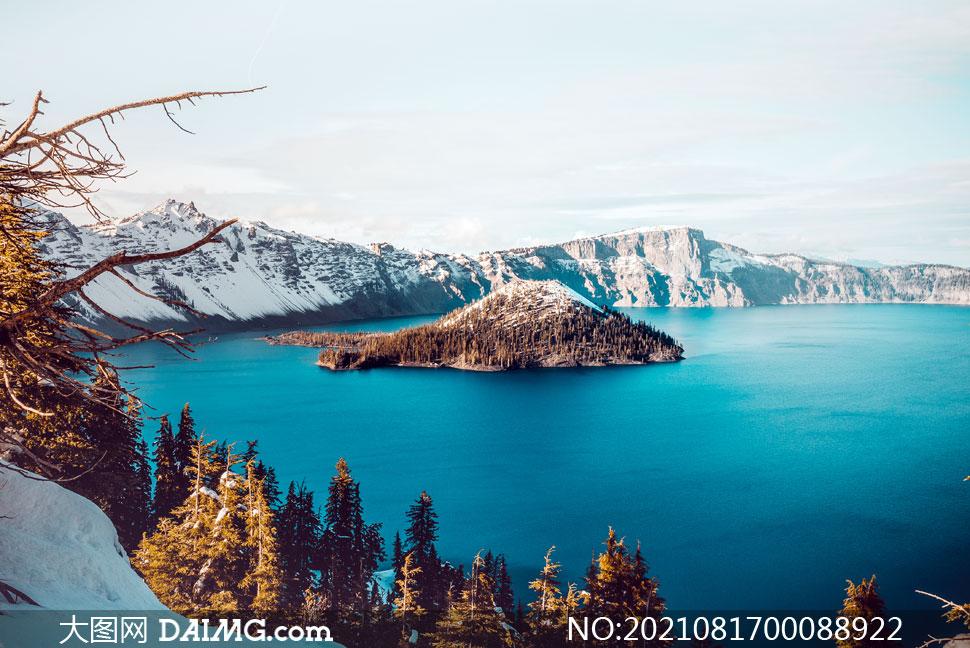 蓝天�婧�泊中的小岛摄影图片