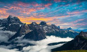 傍晚群山中的云霧攝影圖片