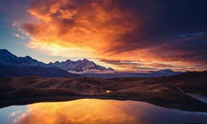 傍晚湖中的金色云彩倒影摄影图片