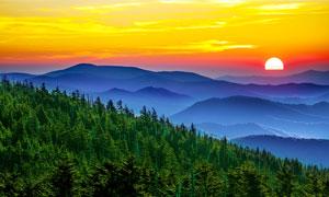 夕陽下的連綿山峰和山林美景攝影圖片