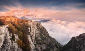 悬崖上观看山脚下云海美景摄影图片