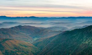 傍晚連綿的山峰美景全景攝影圖片