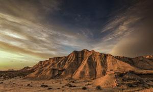 乌云下的山丘景观摄影图片