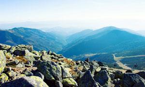 山顶岩石和连绵的山峰摄影图片