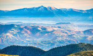 山顶�t望山谷美景摄影图片