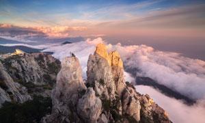 险峻的奇山和山下云雾景观摄影图片