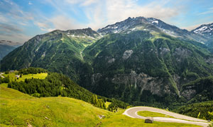 大山腳下彎曲的山路景觀攝影圖片
