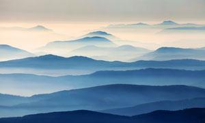 早晨霧蒙蒙的群山美景攝影圖片
