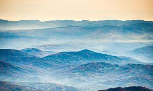 傍晚霧氣圍繞的大山景觀攝影圖片