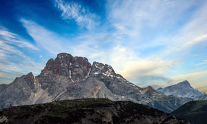 藍天白云下的大山景觀攝影圖片