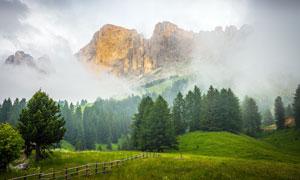 霧氣蒙蒙的大山間美麗風光攝影圖片