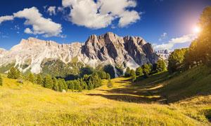 晴空下的山腳美麗風光攝影圖片