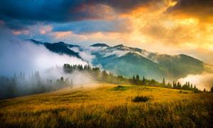 傍晚霧氣繚繞的山中美景攝影圖片