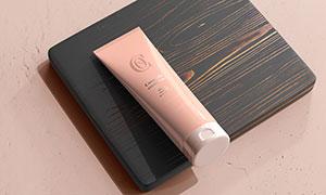 放在木板上的护肤品样机模板源文件